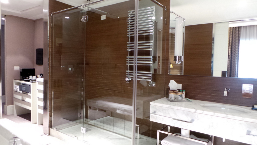 Bathroom at a Deluxe Room, Jumeirah Grand Via Veneto Hotel Rome