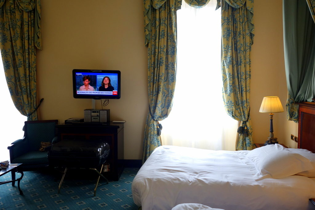 The Samsonite Cosmolite in a hotel room