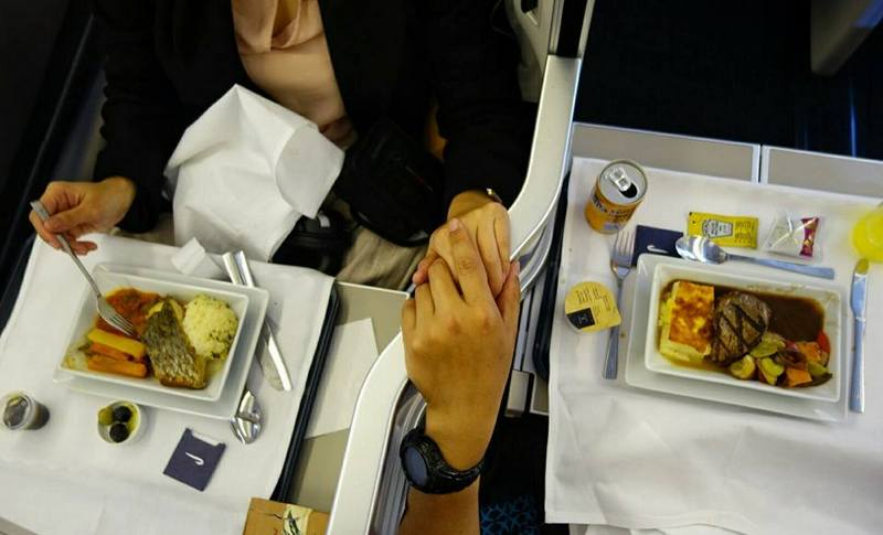 couples sharing a meal. British Airways BA 16 Sydney to London via Heathrow Club World (Business Class)