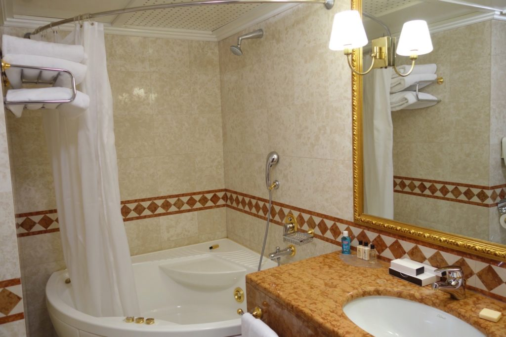 Bathroom 1 of the Junior Suite, Intercontinental Bucharest