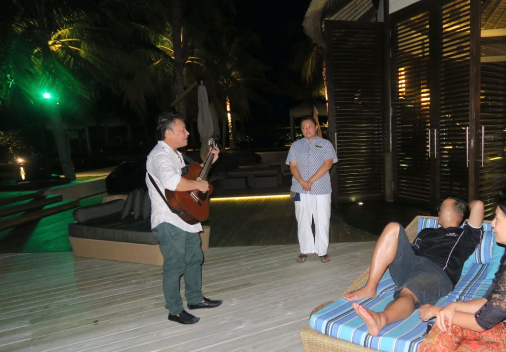 Our butler Faith and her guitarist at EE-Bar, Jumeirah Vittaveli