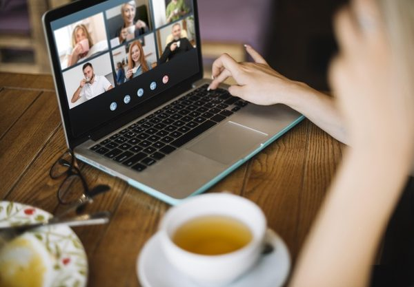 4 Ways to Stay in Touch With Your Family While Travelling