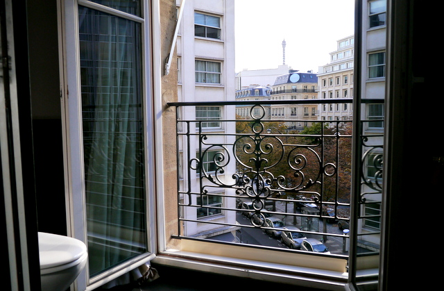 Fouquet's Barriere Hotel Paris : Loo with a View