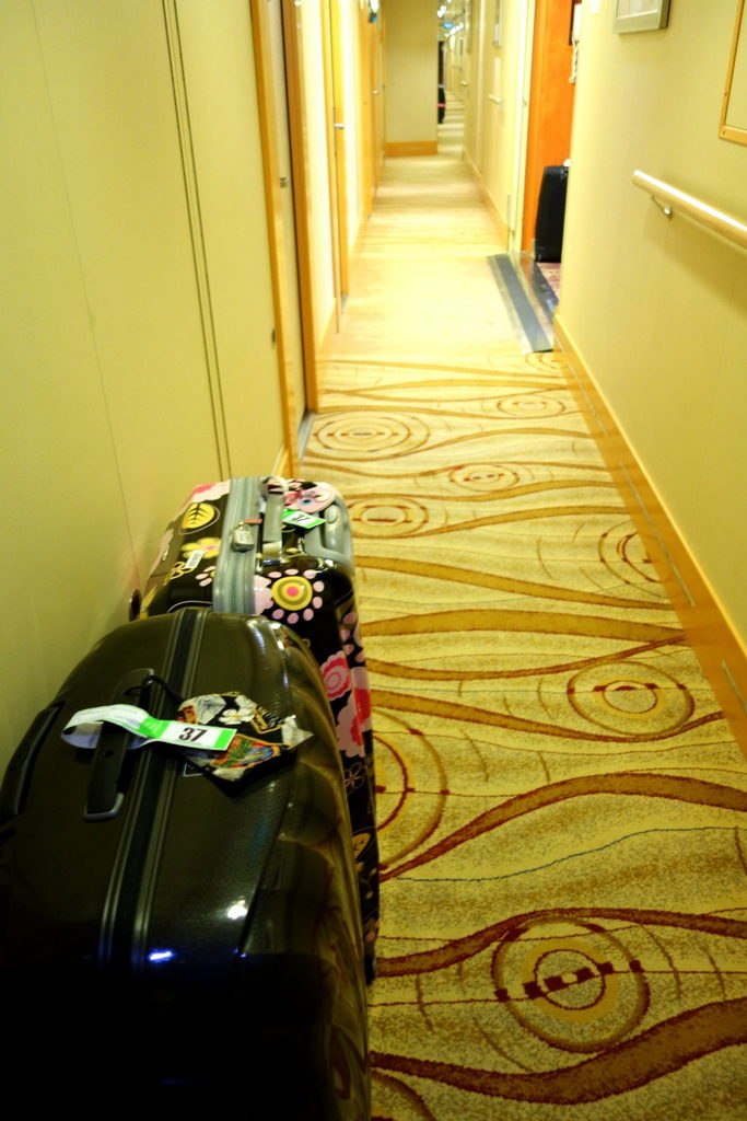 The Samsonite Cosmolite Black 81Cm in a cruise hallway. Ready for Pick up